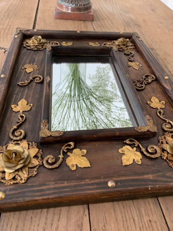 ancien miroir en bois au décor de roses et de feuilles en laiton doré