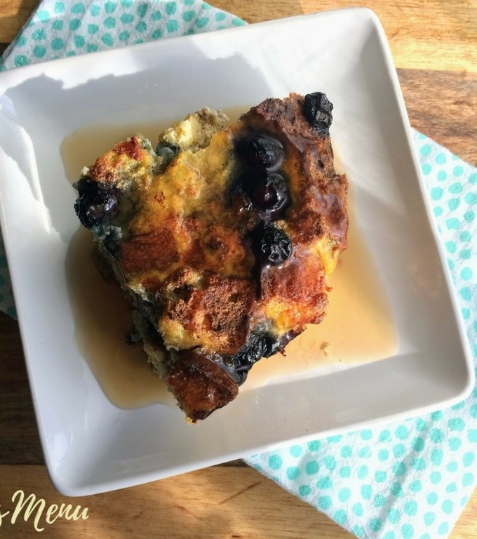 This low carb French toast casserole makes the perfect breakfast. Prep it in the evening and bake it in the morning for a simple, but delicious treat that everyone will love. You can even prepare it in a muffin pan for a super easy meal prep! #keto #glutenfree #lowcarb #thm