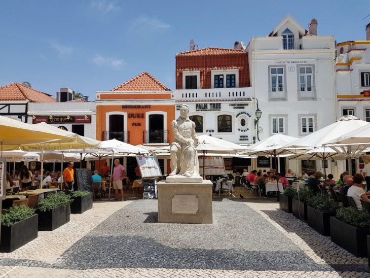 Lunch crowds in the streets of Cascais