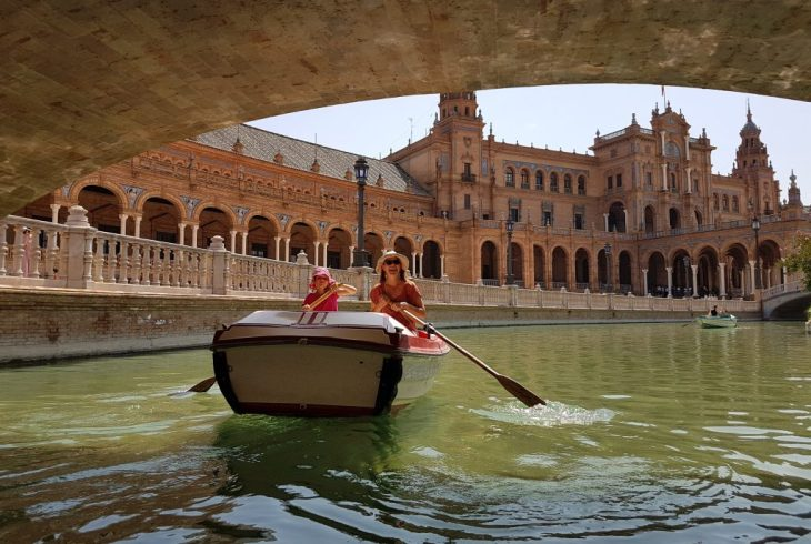 Rowing in the pond of the Plaza de Espana