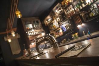 Der Tresen in der Bar Kleines Phi in Hamburg