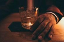 Der Drink in der Nachtszene in der Stairs Bar in Berlin