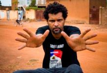 Der Rapper Smokey macht das Zeichen für funtzig Jahrer Unanhangigkeit Burkina Fasos