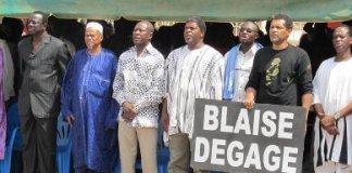 Smockey avec les dirigeants de l'opposition et sa pancarte (photo Georges Kabore)