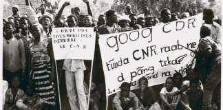 """Haute Volta. Ouagadougou. Le 06/08/1983 Manifestation de soutien au CNR. Traduction de la banderole : """"Le CDR de Googa (le nom d'une localité?) suit de toute sa force la volonté du CNR"""""""