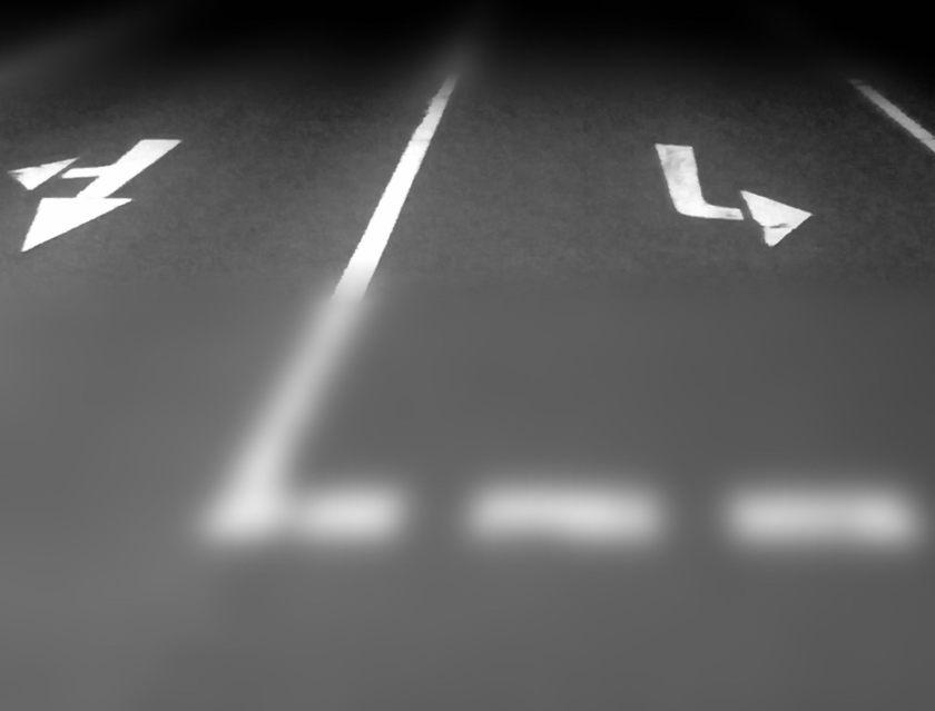 Die Frage lautet: in welche Richtung wird es gehen? Man sieht auf einer Straße verschiedene Richtungspfeile. © Tom Rübenach