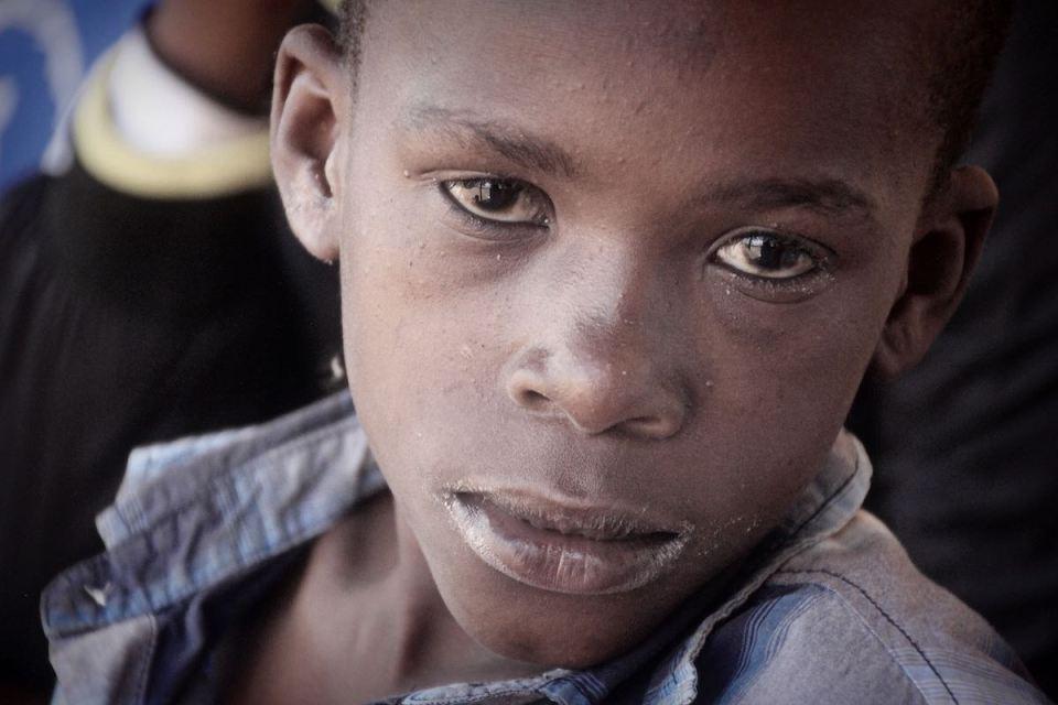 Morgan, ein Junge aus dem Slum Korogocho, will auch in die Schule gehen. © Tom Rübenach