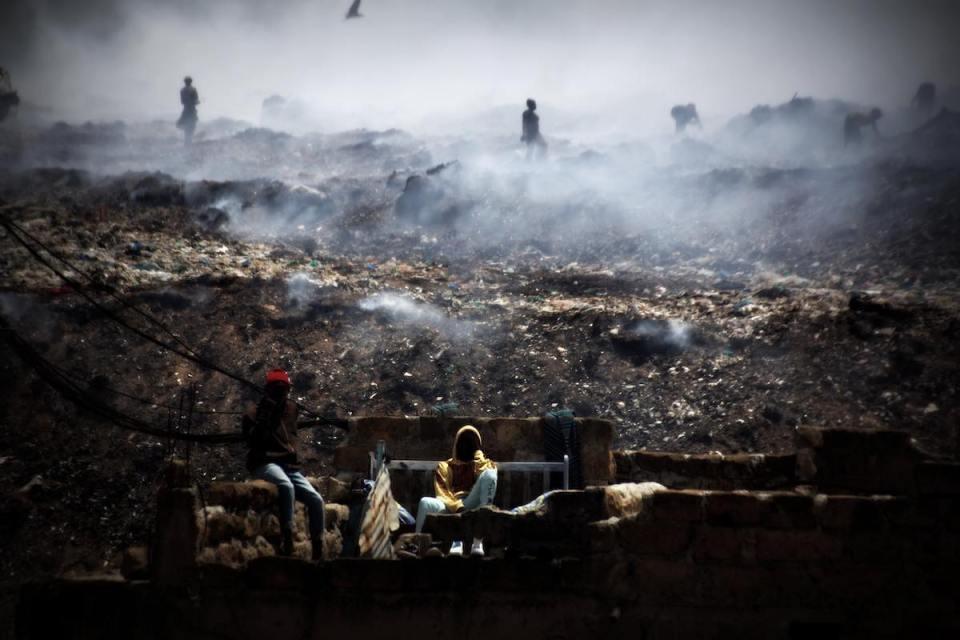Eine offene Müllhalde, auf der die Slumbewohner herumgehen, um Lebensmittel für sich zu finden oder reste, die sie an Händler verkaufen können. @ Tom Rübenach