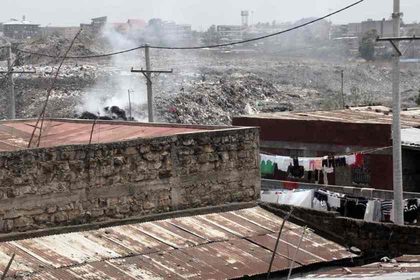 Barraken, Wäscheleinen und der offene Müllplatz im Slum Korogocho in Nairobi © Tom Rübenach