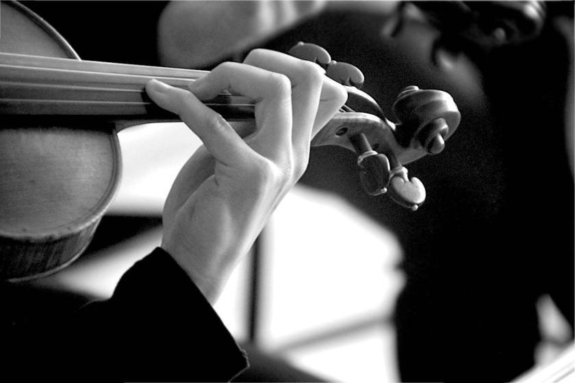 Hände an einer Violine, schwarz-weiß © Tom Rübenach