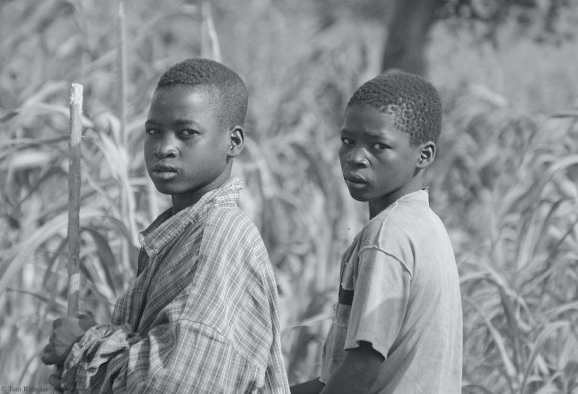 Bald auch Flüchtlinge? Zwei Jugendliche aus dem Niger. Foto schwarzweiß. © Tom Rübenach