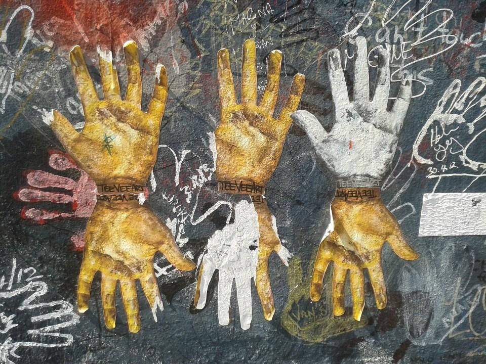 Staatssic herheit | Hände auf der Berliner Mauer | Foto © Bounty, pixabay
