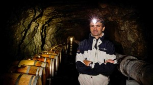 Le maître caviste Luc Sermier dans la gallerie de Moiry, 300 m. de profondeur à 1'500 m. d'altitude, 7° toute l'année et 100% d'humidité (photo Provins).
