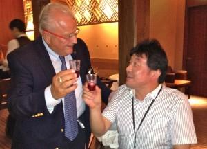 Pierre Keller fait snaté avec le patron d'une maison d'informatique et importateur de vins suisses, M. Tsuji.
