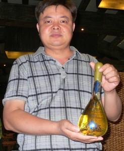 L'œnologue Jiang Zhidong et un flacon de «Parfum de Lulan».