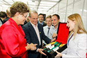 La présidente du Brésil, Dilma Russeff, reçoit les trois vins officiels de la Coupe du Monde de football des mains de l'oenologue Monica Rossetti