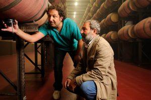 Formé en Espagne et à Bordeaux, Angel Anocibar, à g., dirige à la fois le domaine viticole et la cave, sous la houlette de l'oenologue bordelais Pascal Delbeck.