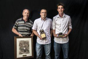 Les vainqueurs des prix spéciaux de la Sélection de Genève 2015, deux Ramu, Jean-Daniel, à g. et Mathurin, à dr. entourent le nouveau titulaire du «sanglier de bronze», Philippe Plan. (photo OPAGE-agence REZO).