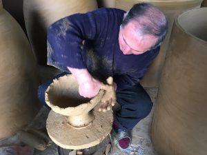 Le dressage d'une «qvevri» commence par le tournage de l'argile, par le potier Zaliko Bojadze.