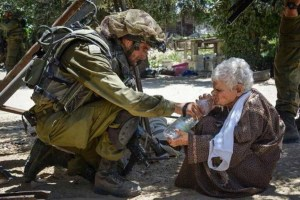 Israeli_soldier_gives_water