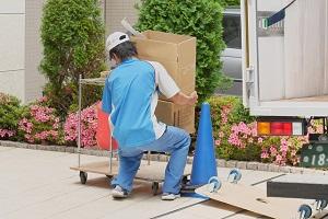 引越し業者の荷運び作業