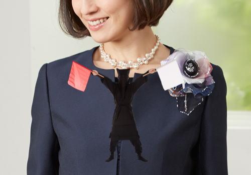 紺色スーツ コサージュ パールネックレス