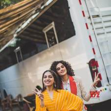 Taapsee-Pannu-bhumi-pednekar-and-Viineet-Kumar-still-from-Farah-Khan-s-backbenchers-set-for-Saand-Ki-Aankh-promotion-4