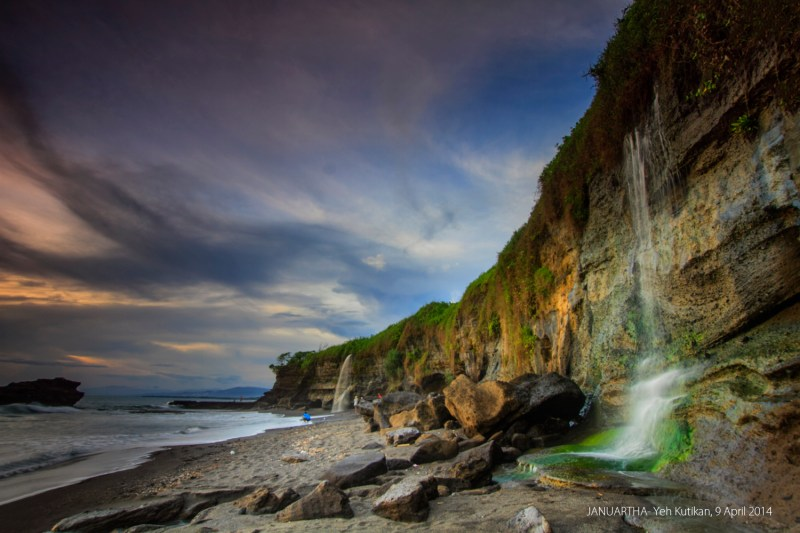 Melasti Beach waterfall, photo credits flickr@janumedia