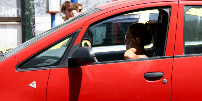 Οδήγηση: Πότε επιτρέπεται η χρήση κινητού, τι ισχύει για το handsfree