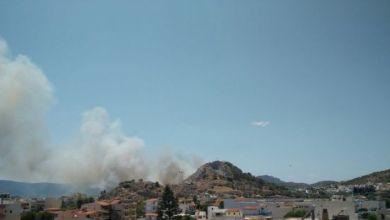 Μεγάλη φωτιά στη Σαλαμίνα κοντά σε κατοικημένη περιοχή