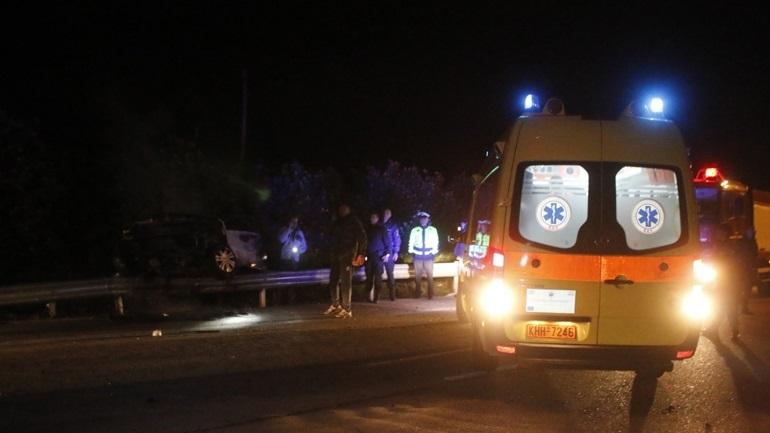 Αυτοκίνητο «καρφώθηκε» σε κολόνα στην παλαιά εθνική οδό Αθηνών-Κορίνθου