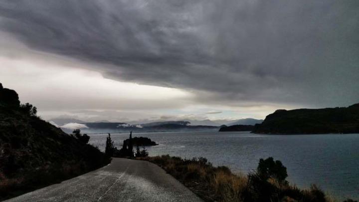 Ψυχρό μέτωπο φέρνει τοπικά ισχυρές βροχές και πτώση θερμοκρασίας