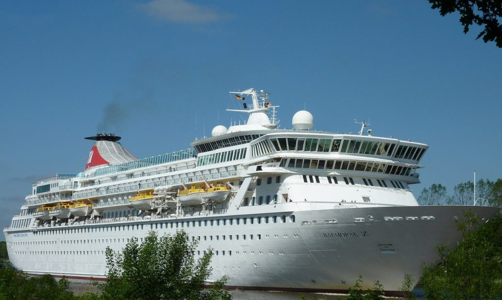 cruise_ship_in_port_daytime