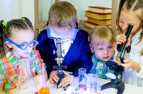 science_children_doing_experiments_in_lab