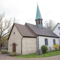 Kapelle St. Jürgen mit dem ehemaligen Schulgebäude im Hintergrund