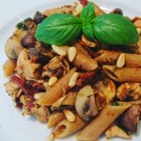 Pasta met Pesto, Kipfilet en Zongedroogde tomaatjes