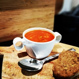 Tomatensoep met groenten en balletjes