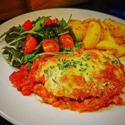 Kip parmigiana met aardappeltjes en salade