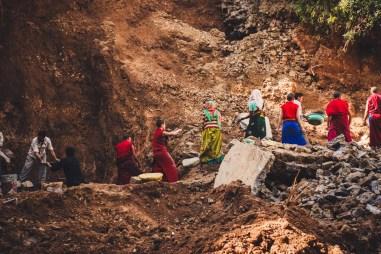 uomini e donne al lavoro in un cantiere a mc leod ganj