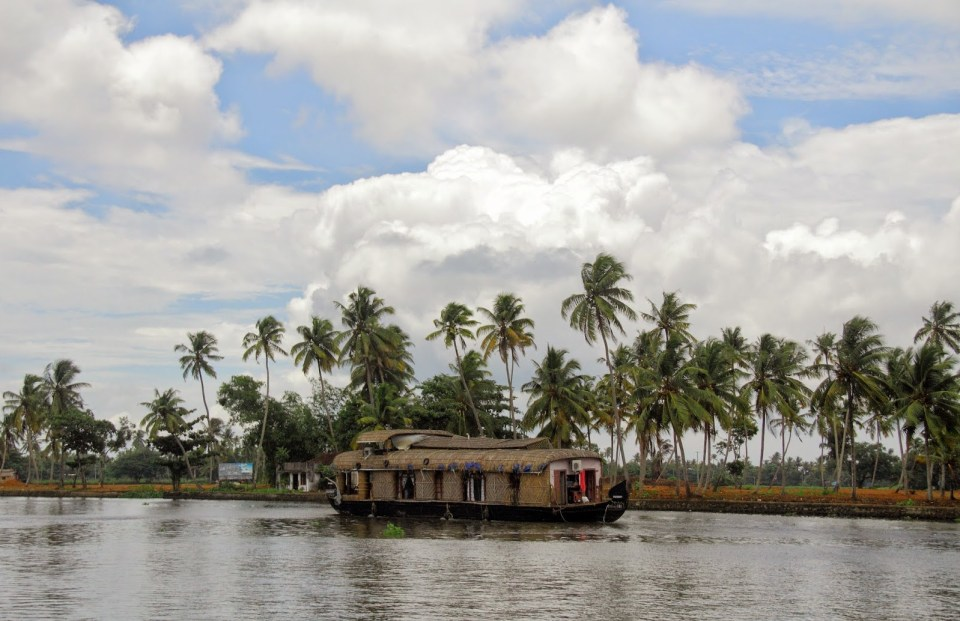 Alleppey: Cruising away...