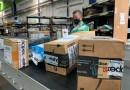 Trabajador de correos de Costa Rica realiza su trabajo con la paquetería a distribuir