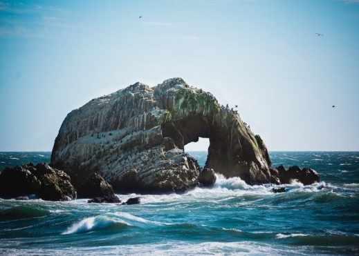Voyager moins cher : Opwigo et Make It Travel mer rocher écume été beau temps paysage marin