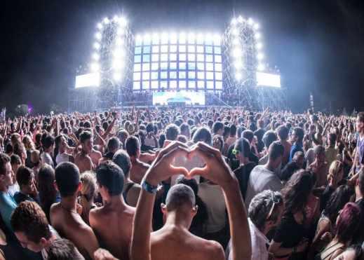 Aller en bus pas cher aux meilleurs festivals européens cet été cœur avec les mains lumière scène musique danse ambiance