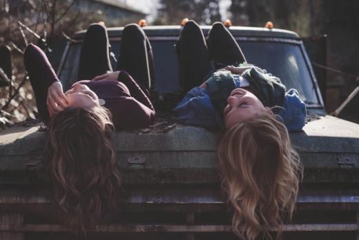 Voyager pas cher : partage, le maître-mot pour ces 3 start-ups expérience authentique filles sur le capot d'une voiture cheveux copines