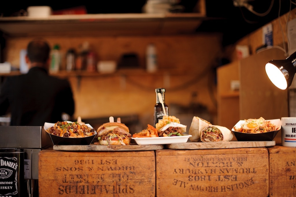 Brexit : top 5 des choses à faire à Londres avant le 29 mars 2019 Camden Town Market marché stands de nourriture frites burger fromage taco burrito