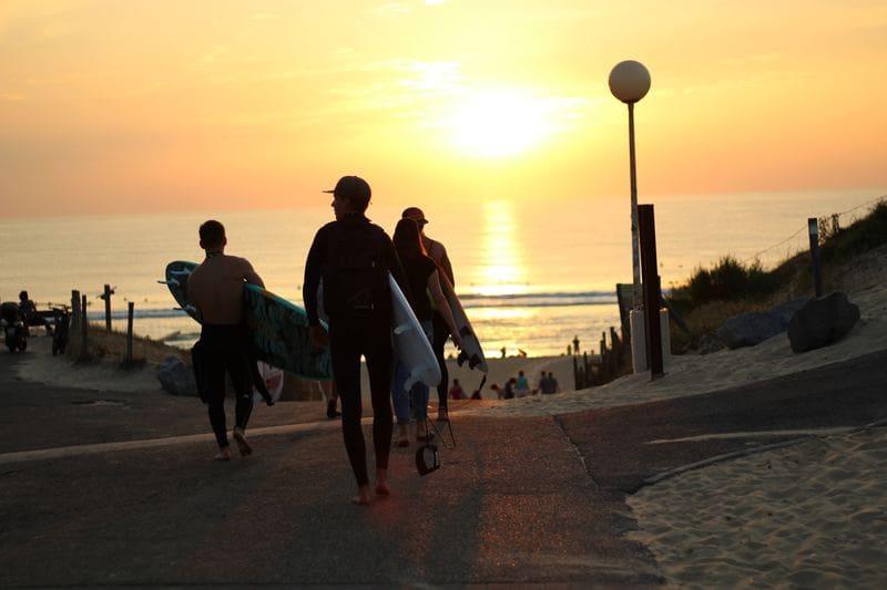 destinations préférées des français été 2019 - france côte atlantique surfeur