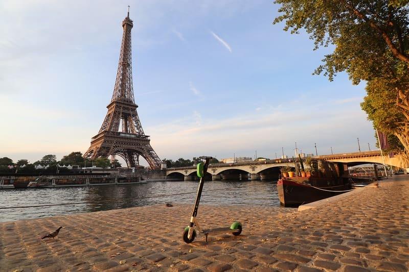 mobilité verte - trottinette électrique dans Paris et Tour Eiffel