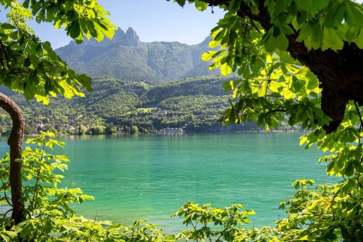 vacances en savoie - vue idyllique sur un lac savoyard
