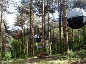 réseau de bulle cocon dans les arbres - hébergement insolite de montagne