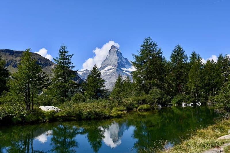 Mont Cervin reflet dans un lac et forêt
